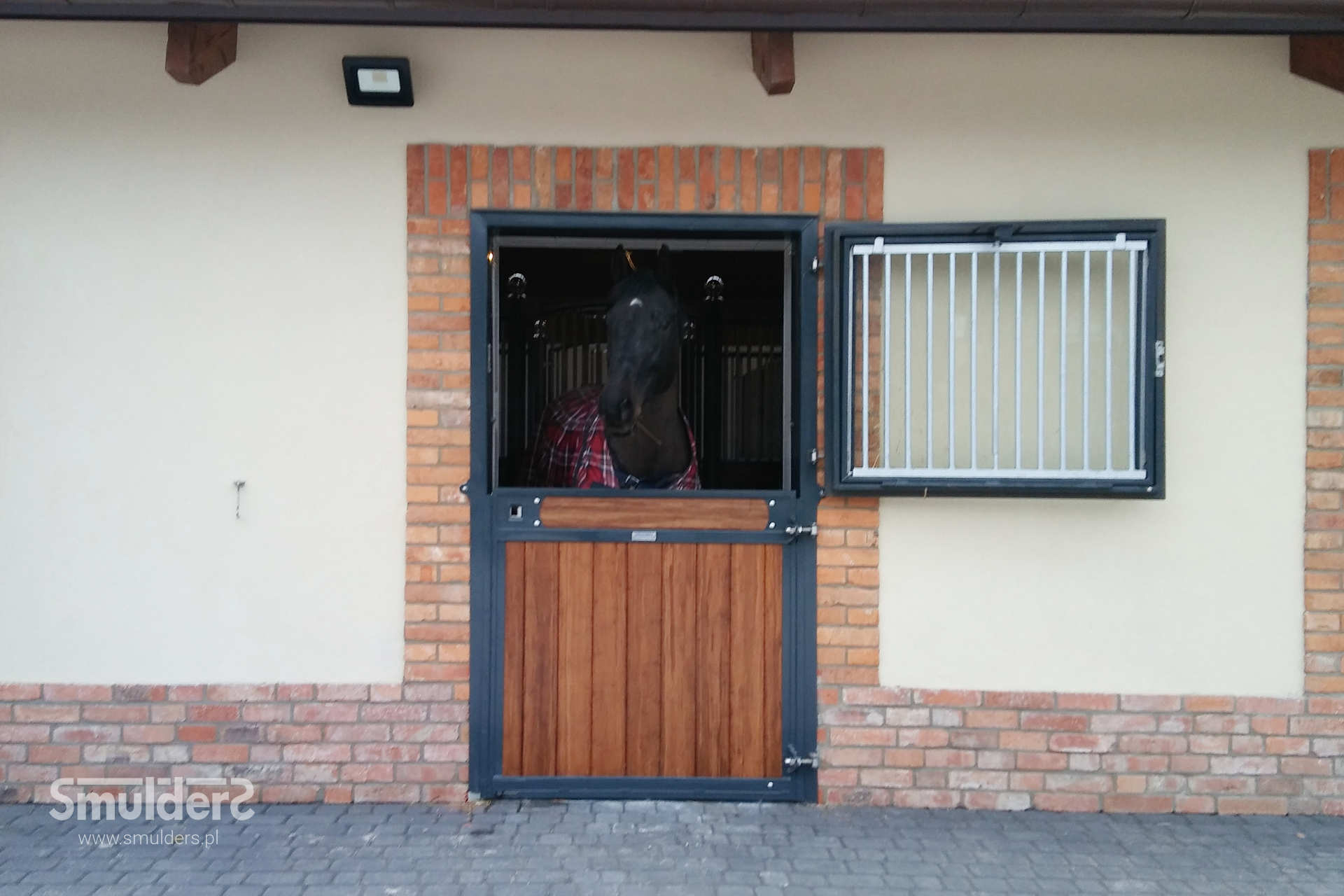 https://www.smulders.pl/wp-content/uploads/2019/03/f006_internal-stables_windsor_barn-door_door_windows_LAN_SMULDERS_PL.jpg
